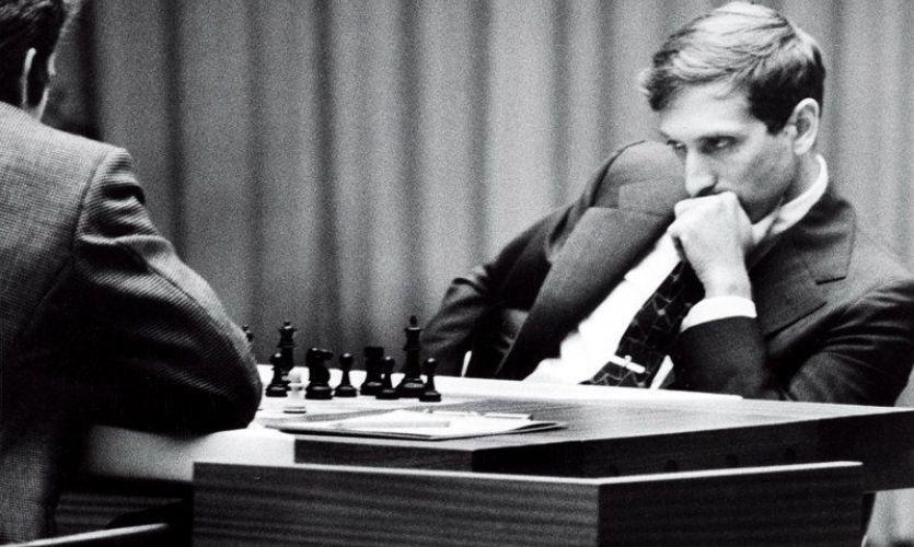 Bobby Fischer jugando una partida de ajedrez